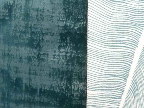 Aperçu tissu du coussin de méditation et coussin de yoga fait main en France en velours bleu et motifs feuilles